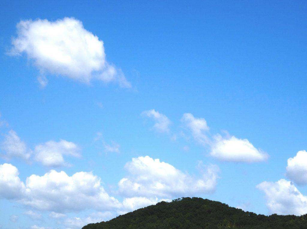 田舎の雲と山