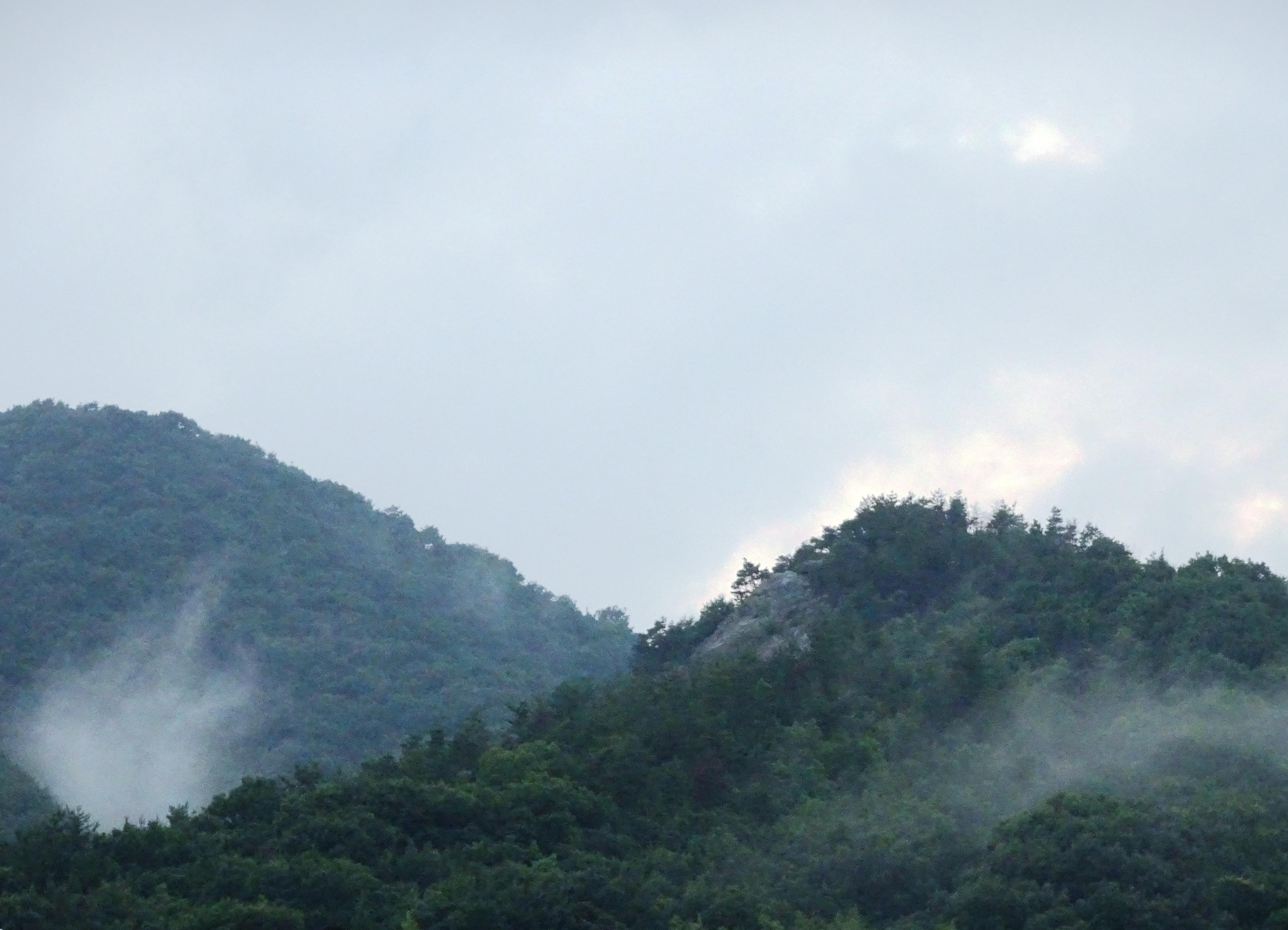 雲が降りた山