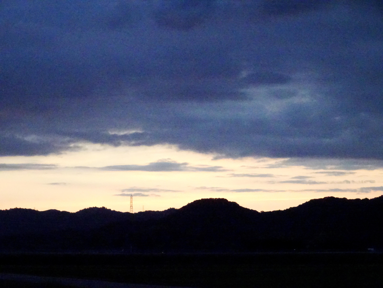 雲の多い夕景