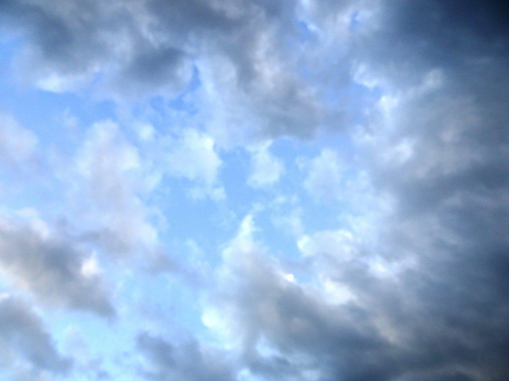 雲の多い夕暮れ川辺