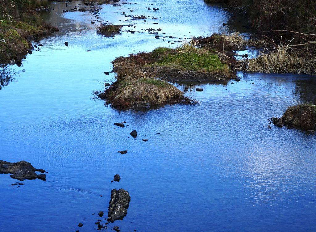 風の強い日 冬の川