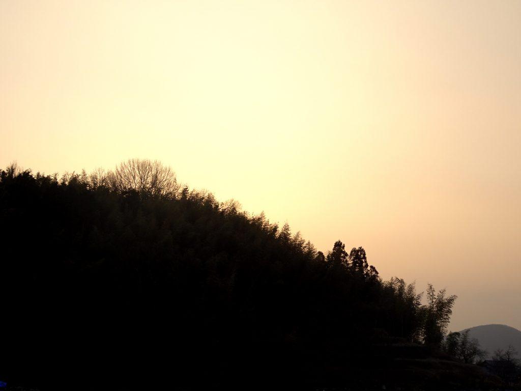 煙霧と夕景