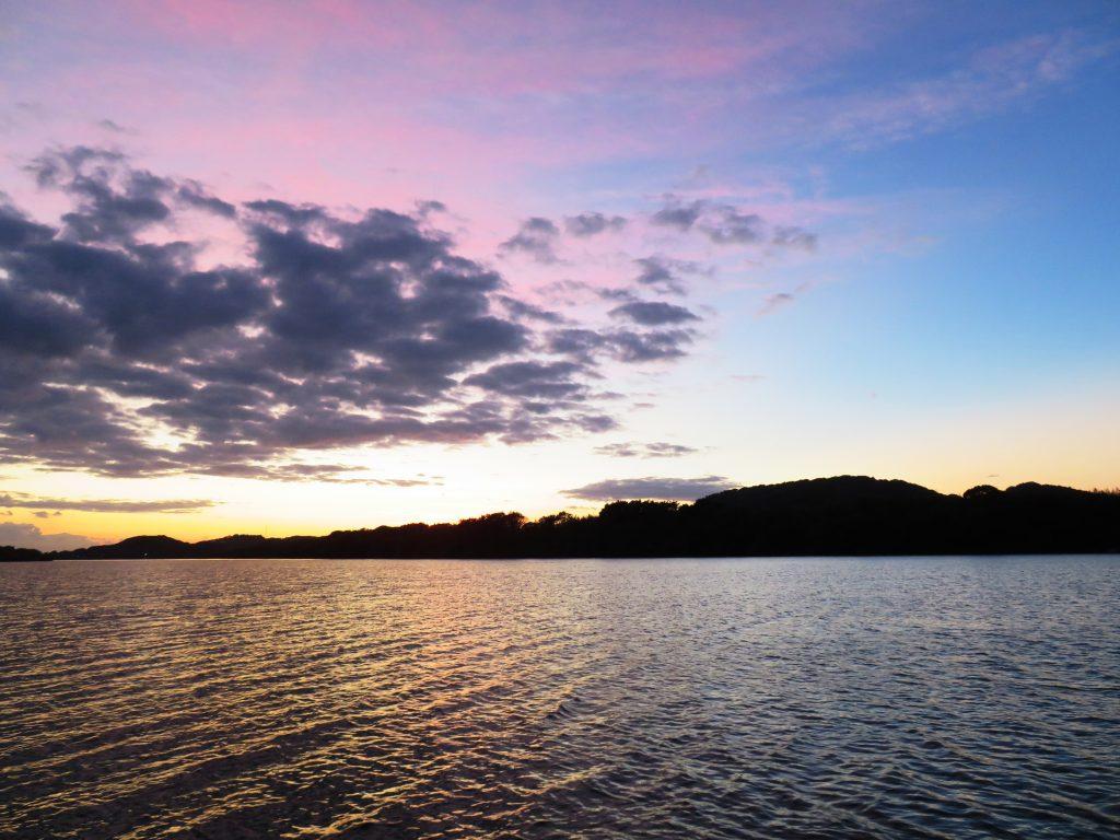 秋、川辺夕景