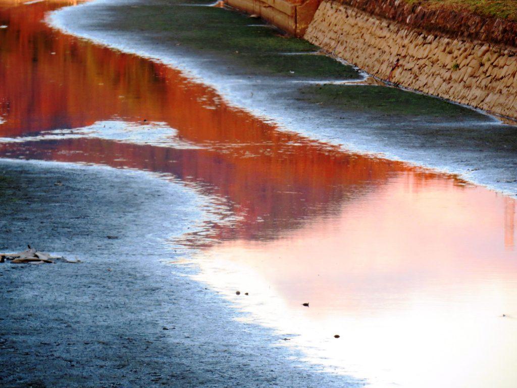 山を映す川 夕景