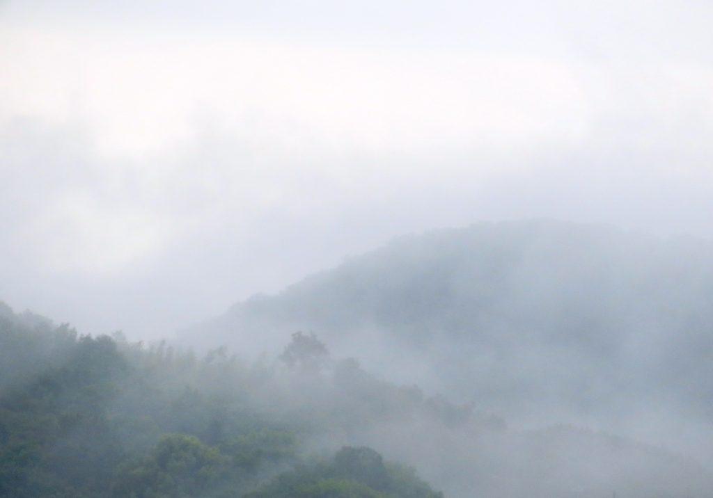 雨上がりの山と雲