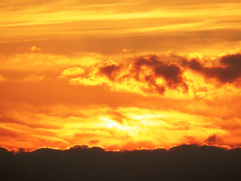 オレンジ色の夕焼雲