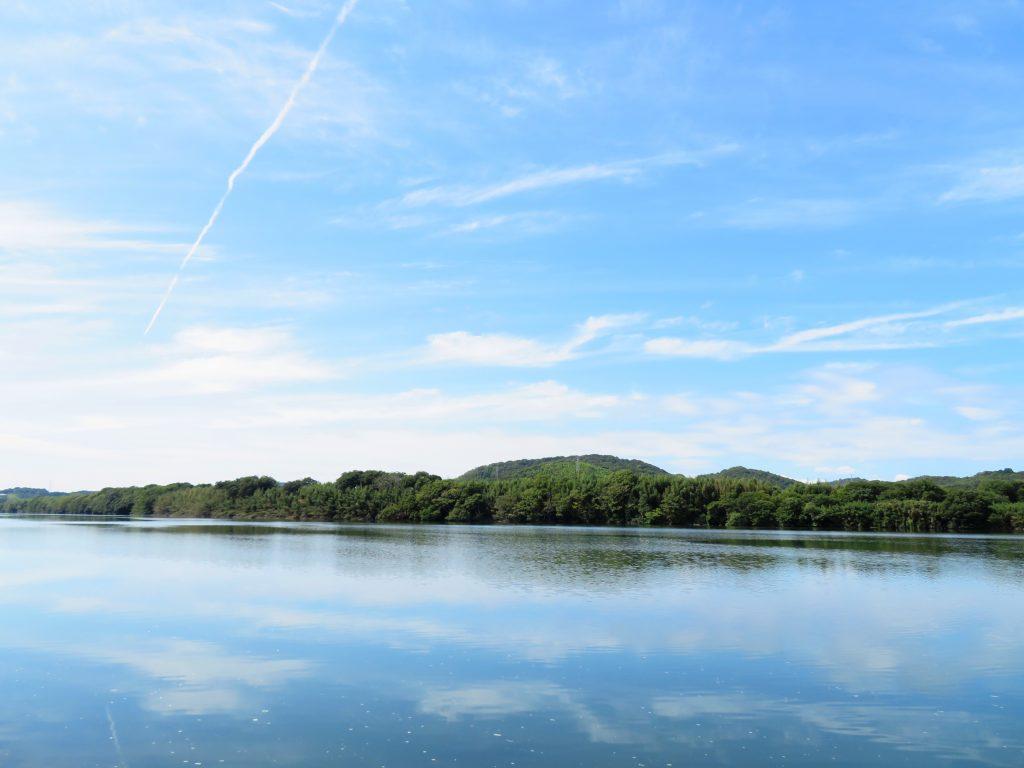 秋の河川敷 青空を映す川面