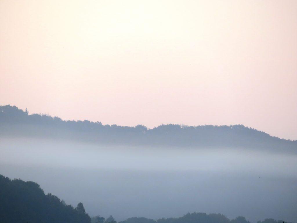夜明けの山 秋
