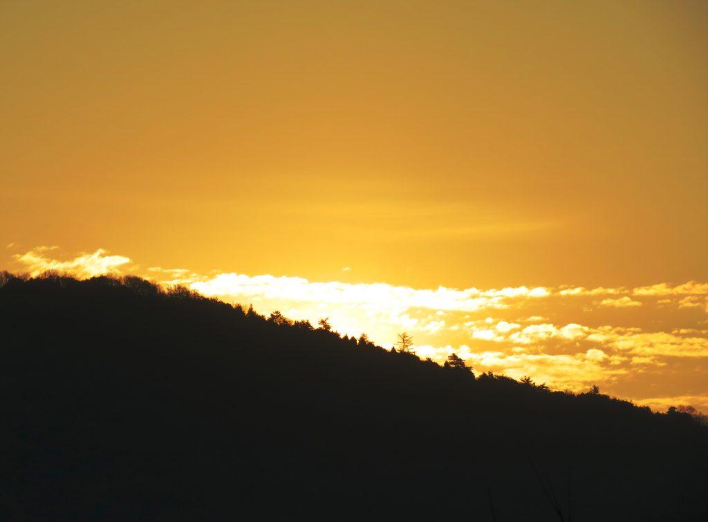 冬の山 日の出