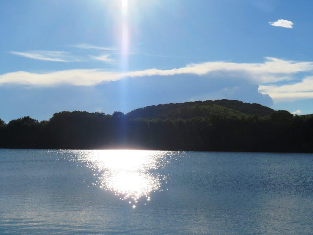 夏の空と川