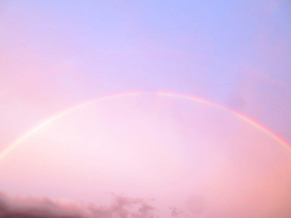 ピンクの空の虹